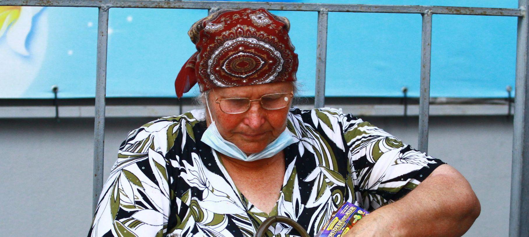 Pensionara Maria Vicol mai verifică o dată biletele câștigătoare